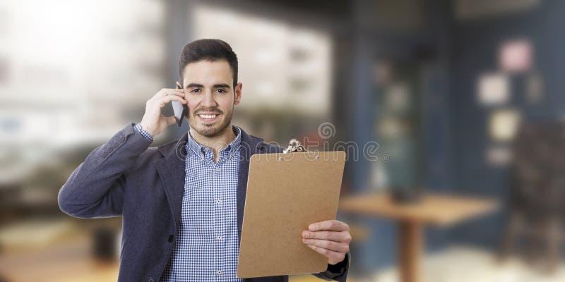 Affärsmanen med mobil ringer royaltyfria foton