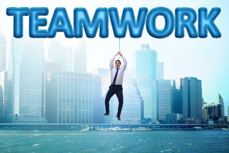 Affärsmanflyget i teamworkbegrepp arkivfoton