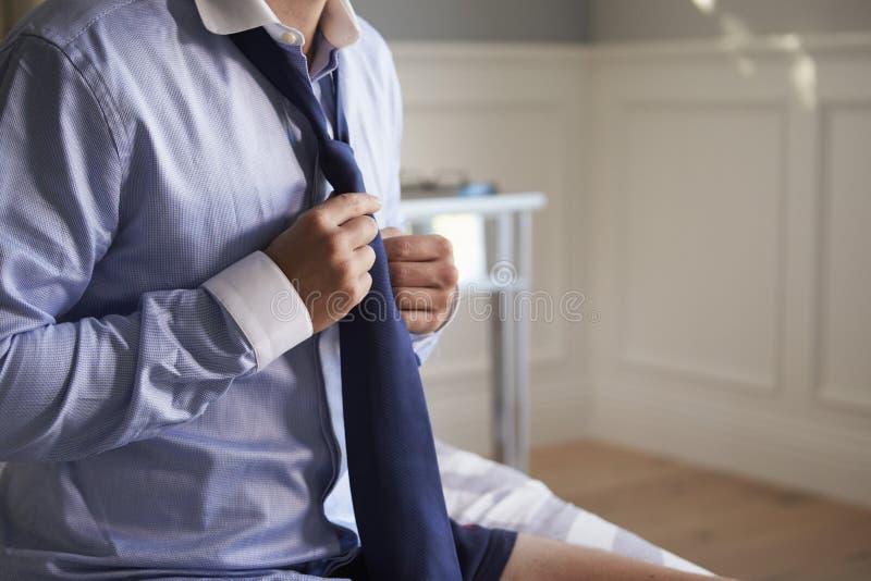 AffärsmanGetting Dressed For arbete i morgonen arkivbild