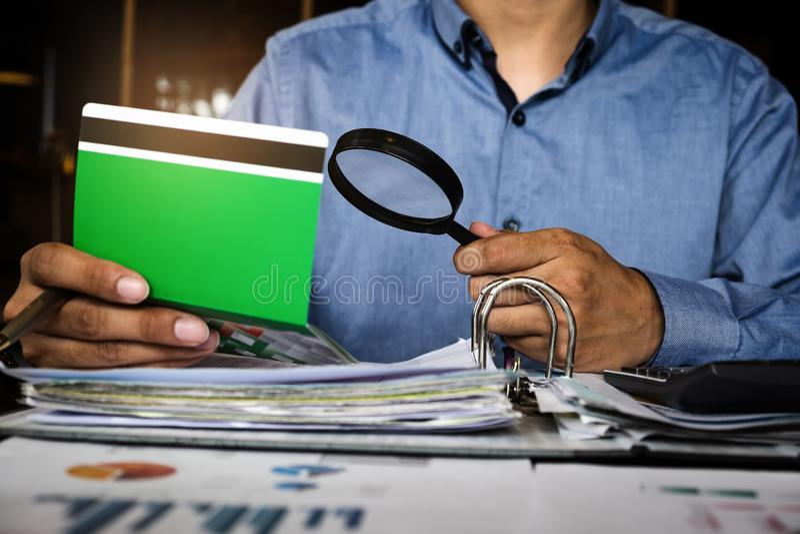 Affärsmanhänder som rymmer bankboken och revidera för besparingkonto, konto och sparar begrepp royaltyfria bilder