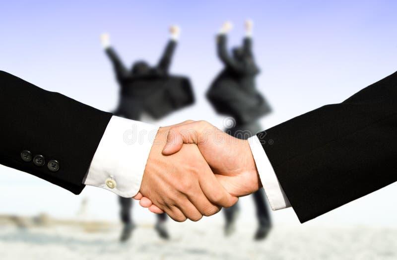 affärsmanhänder som upprör framgång arkivfoto