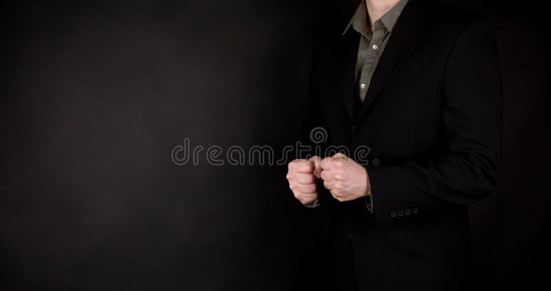Affärsmanhänder som visar näveteckengest, på svart bakgrund fotografering för bildbyråer