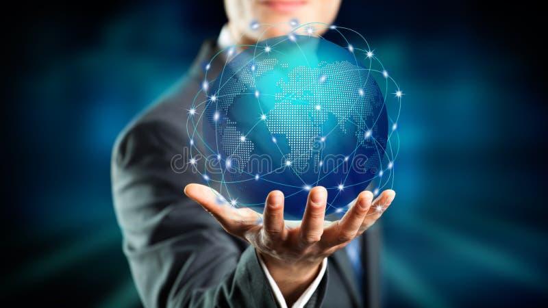 Affärsmanhåll ett holographic jordklot över hans hand royaltyfria bilder