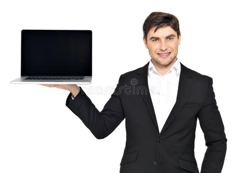 Affärsmanhåll gömma i handflatan på den öppnade bärbar dator royaltyfri foto