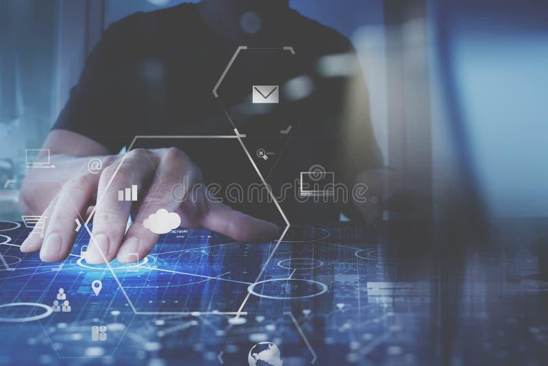 affärsmanhand som arbetar med den moderna datoren i modernt kontor w royaltyfri illustrationer