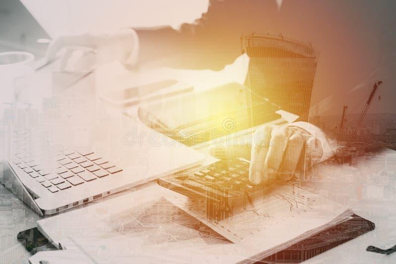 affärsmanhand som arbetar med finanser om kostnad och räknemaskinen arkivbilder