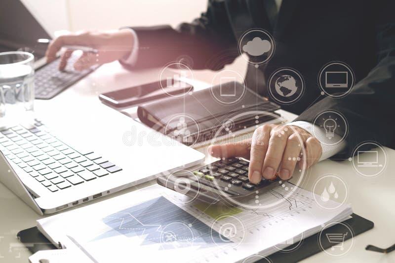 affärsmanhand som arbetar med finanser om kostnad och räknemaskinen arkivbild