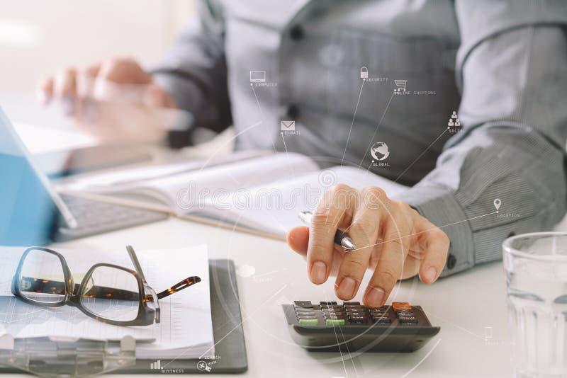 affärsmanhand som arbetar med finanser om kostnad och räknemaskinen royaltyfri fotografi