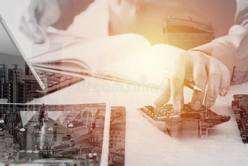 affärsmanhand som arbetar med finanser om kostnad och räknemaskinen royaltyfri bild