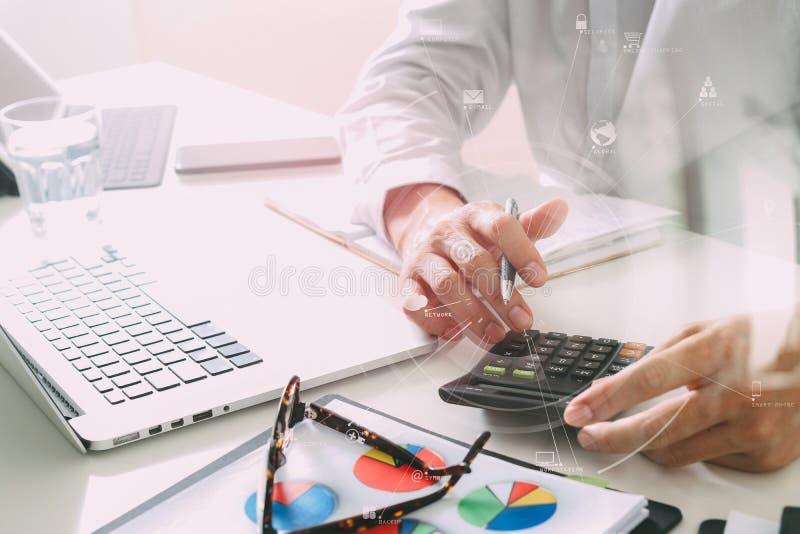 affärsmanhanden som arbetar med finanser om kostnad och, beräknar arkivfoton