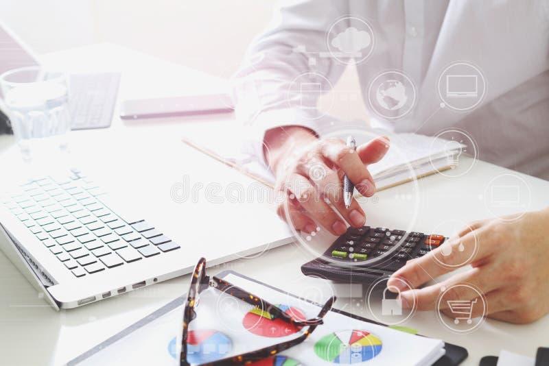 affärsmanhanden som arbetar med finanser om kostnad och, beräknar royaltyfria bilder