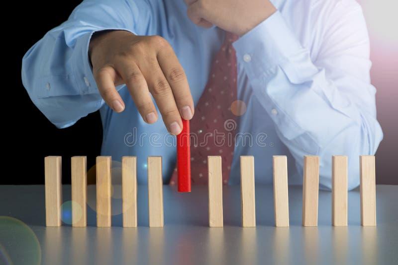 Affärsmanhanden - välj en av träsnittet från många träsnitt in royaltyfri fotografi