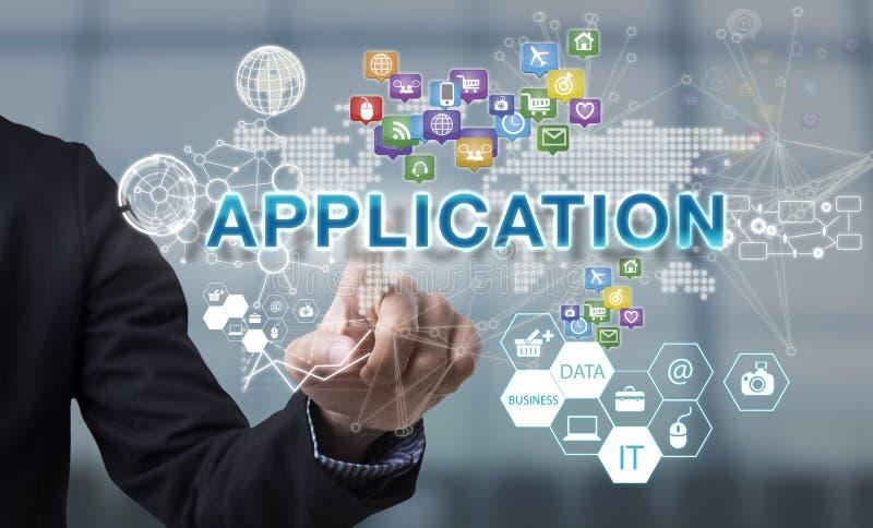 Affärsmanhanden väljer applikationformuleringar på manöverenhetsskärmen royaltyfri foto