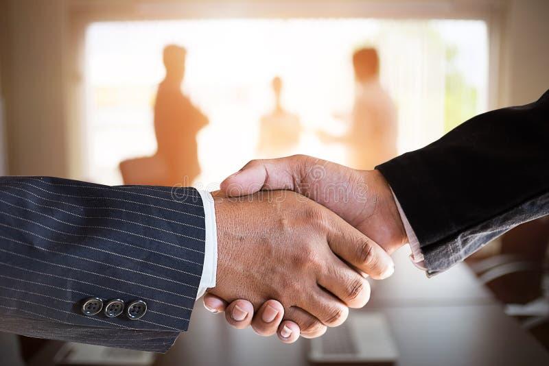Affärsmanhandshaking i en mötesrum Förvärvbegrepp arkivbild