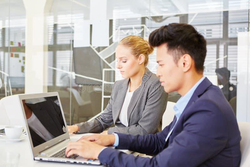Affärsmanhandstil på bärbara datorn arkivfoton