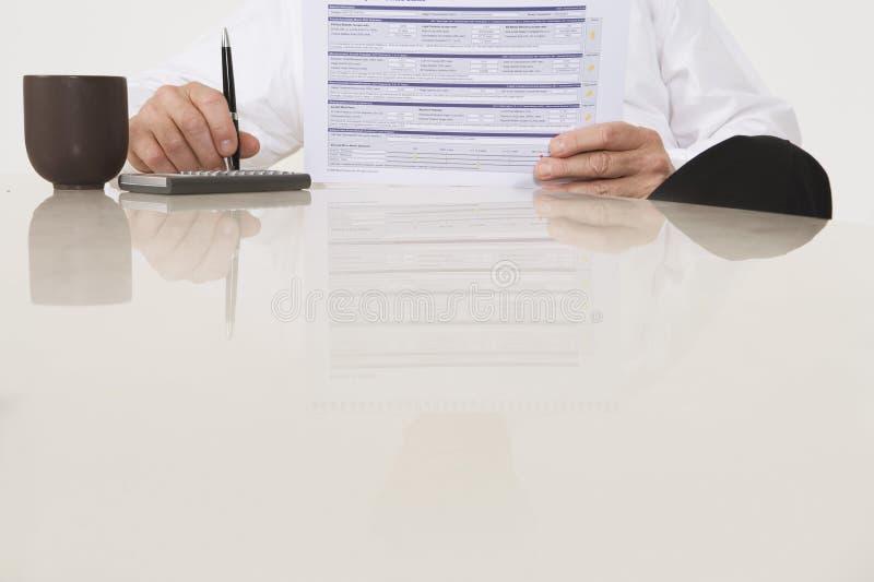 AffärsmanHolding Document And penna royaltyfria bilder
