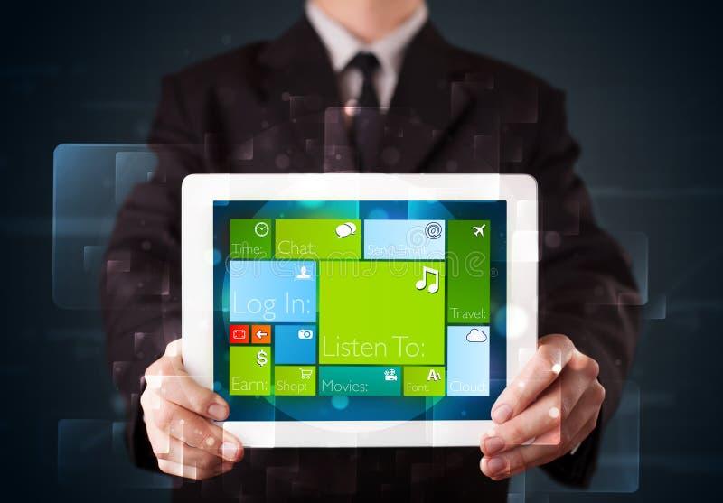 Affärsmaninnehav en tablet med fungerande sy för modern programvara royaltyfri foto