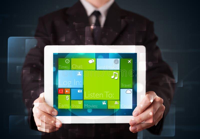 Affärsmaninnehav en tablet med fungerande sy för modern programvara arkivfoton