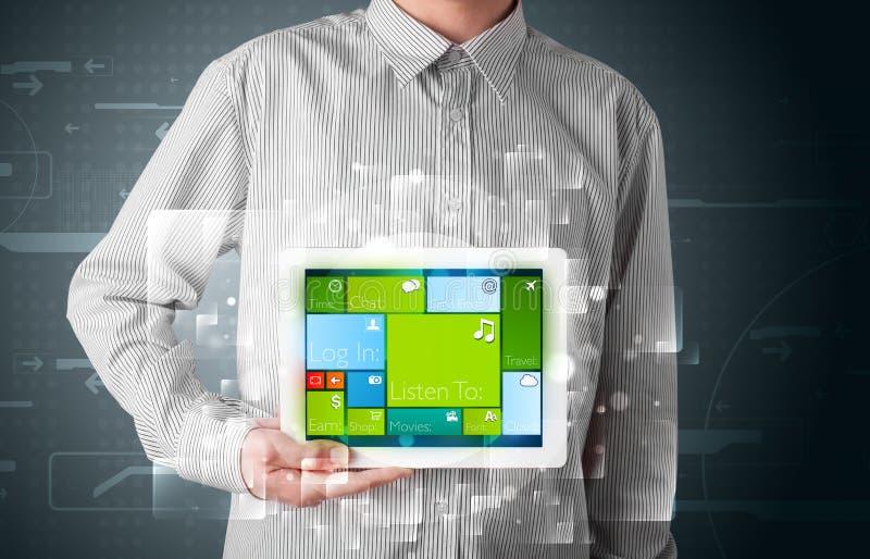 Affärsmaninnehav en tablet med fungerande sy för modern programvara arkivbild