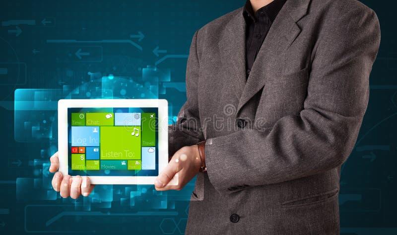 Affärsmaninnehav en tablet med fungerande sy för modern programvara arkivbilder