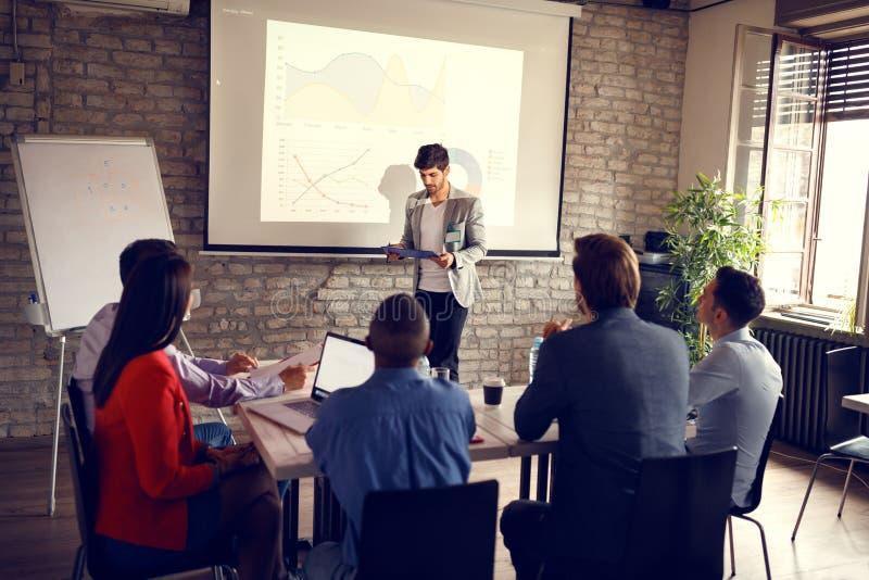 Affärsmaninnehavföreläsning för framgång i affär arkivfoton