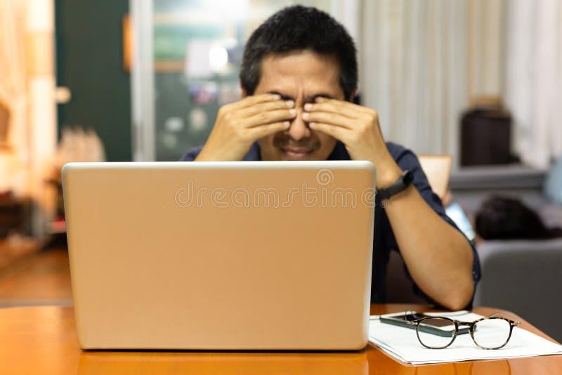 Affärsmankänslabelastning i hans ögon efter funktionsduglig lång tid arkivbild