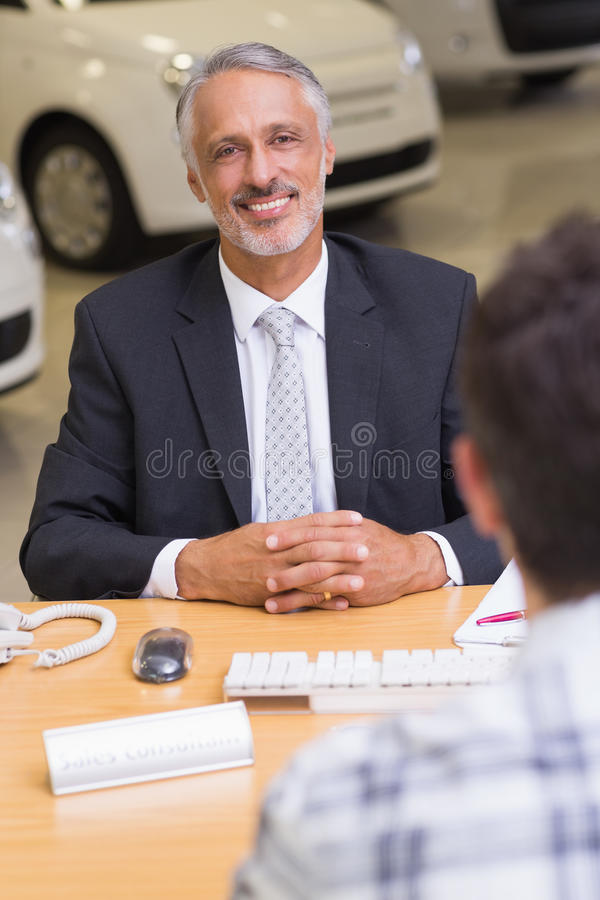 affärsmankamera som ser le royaltyfri fotografi