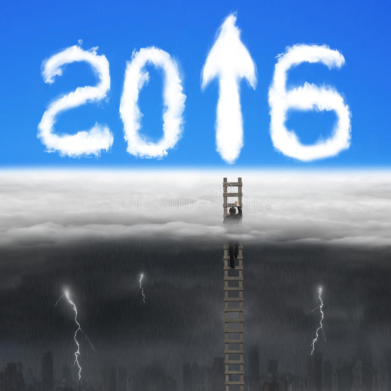 Affärsmanklättringen på trästegen för piltecknet 2016 fördunklar royaltyfri fotografi