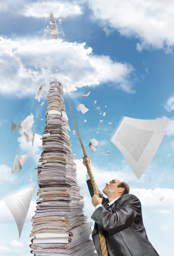 affärsmanklättringskrivbordsarbete pile upp