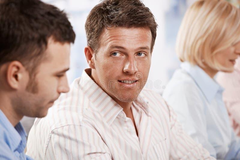 affärsmankollegor som talar till arkivbild