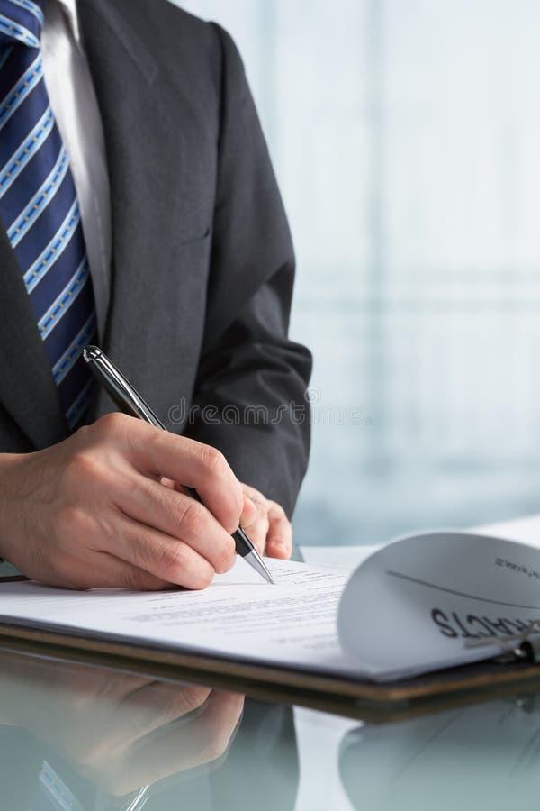 affärsmankontraktskrivning arkivfoton