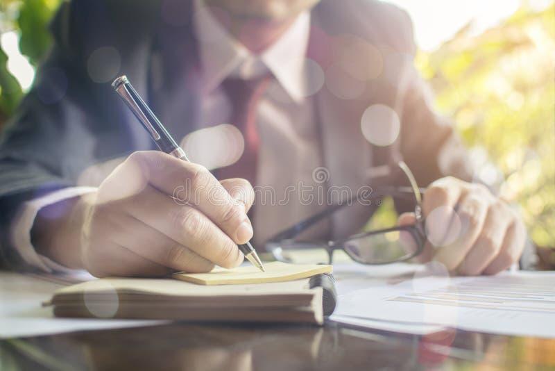 Affärsmankontrollen analyserar allvarligt finansiella rapporter arkivfoton