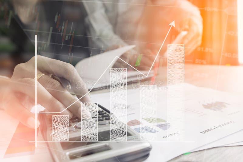 Affärsmankontrollen analyserar allvarligt kollegor för en finansrapportaktieägare som diskuterar finansiella grafdata för nytt pl royaltyfri bild