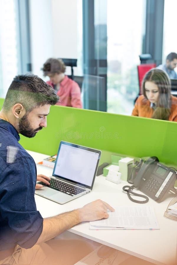 Download Affärsmanläsebok, Medan Genom Att Använda Bärbara Datorn I Regeringsställning Arkivfoto - Bild av affär, dator: 78728370