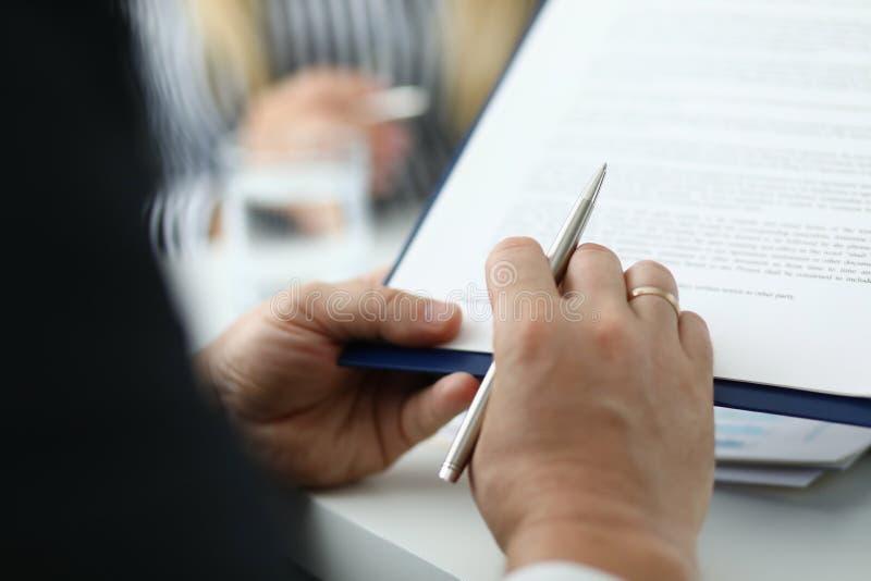 Affärsmanläsningtext av överenskommelse arkivfoton