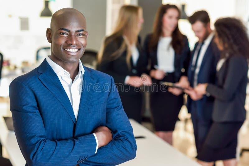 Affärsmanledare i modernt kontor med att arbeta för businesspeople fotografering för bildbyråer