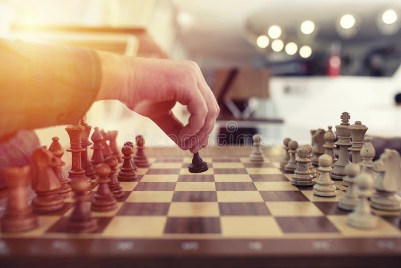 Affärsmanlek med schackleken begrepp av den affärsstrategi och taktiken royaltyfri fotografi