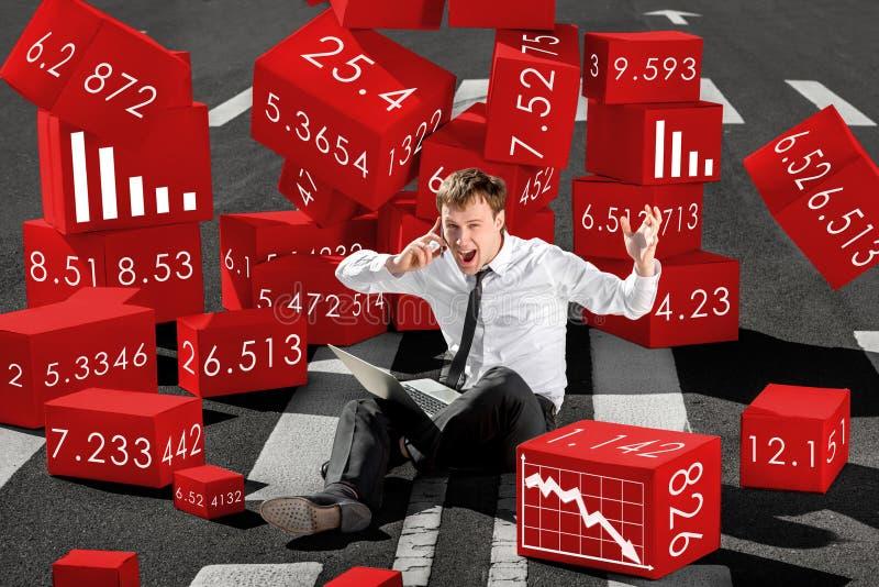 Affärsmanmäklare som är chockad om kollaps av aktier på materielet royaltyfri fotografi