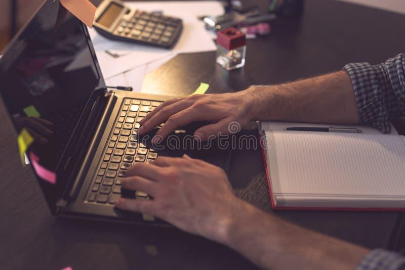 Affärsmanmaskinskrivning på ett bärbar datordatortangentbord arkivbild