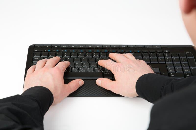 Affärsmanmaskinskrivning på ett tangentbord royaltyfri foto