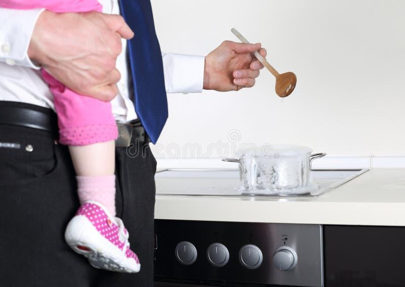 Affärsmanmatlagning med behandla som ett barn på armen royaltyfri bild