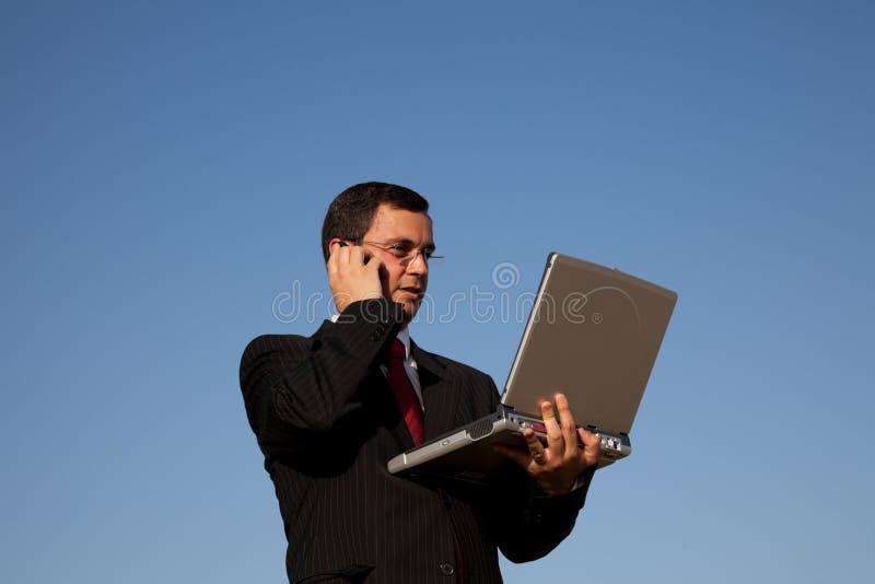 affärsmanmobiltelefonsamtal arkivbild