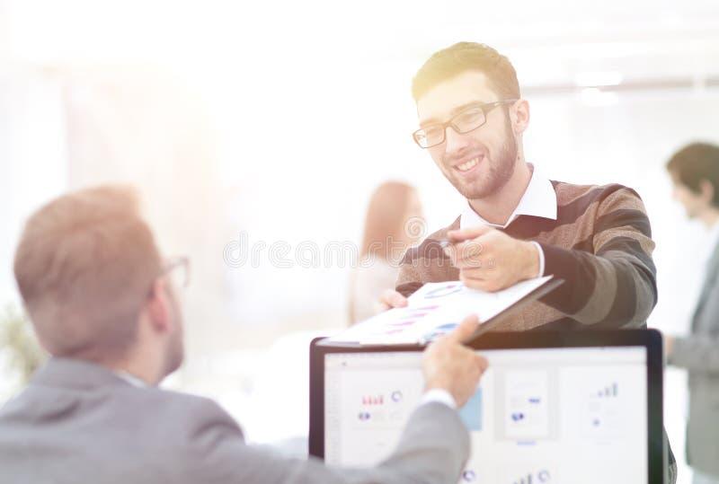 Affärsmannen överför anställd ett finansiellt dokument a royaltyfri bild