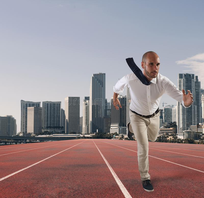 Affärsmannen agerar som en löpare Konkurrens och utmaning i affärsidé arkivbild