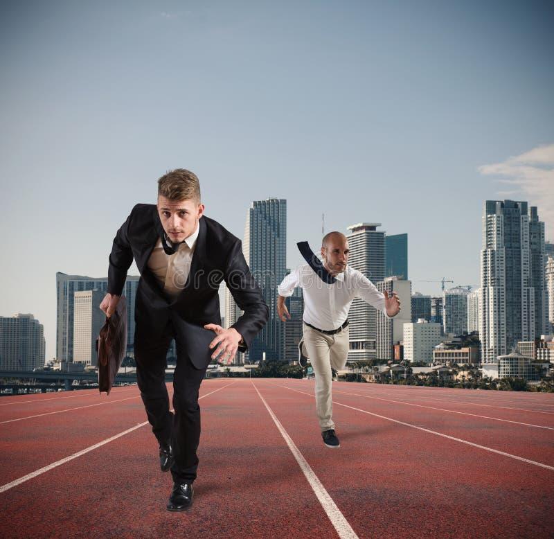 Affärsmannen agerar som en löpare Konkurrens och utmaning i affärsidé royaltyfria foton