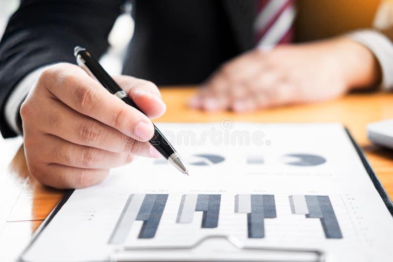 Affärsmannen analyserade rapporten av docume för grafen för vinstfinansdata royaltyfri foto