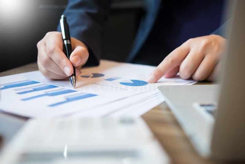 Affärsmannen analyserade rapporten av docume för grafen för vinstfinansdata arkivbilder