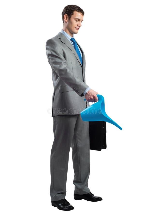 Affärsmannen bär den gråa dräkten med resväskan arkivbilder