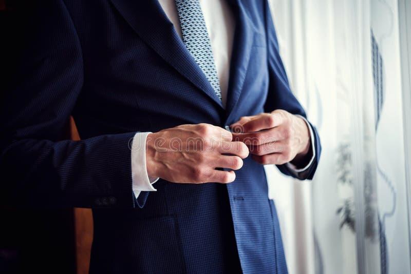 Affärsmannen bär ett omslag Kors klädd bärande jac för fashionist royaltyfria foton