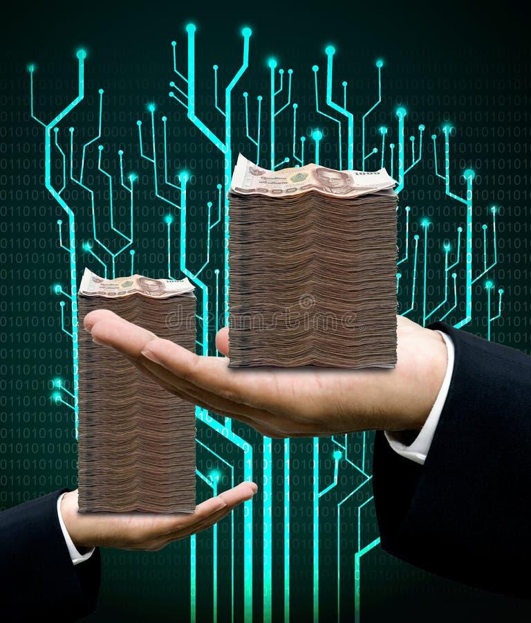 Affärsmannen bär pengar med den digitala trädströmkretsen och världskartan arkivfoto